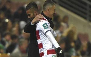 Alcaraz saluda a Carcela cuando éste es sustituido.