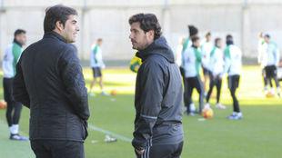 Haro, hablando con Víctor en un entrenamiento