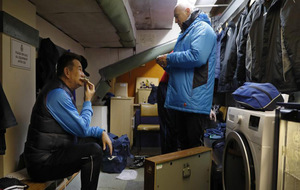Paul Doswell, entrenador del Sutton come mientras habla con su...