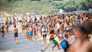 Aficionados al kitesurf, en la playa de Valdevaqueros, en Tarifa.