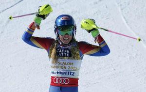 Mikaela Shiffrin celebra su triunfo en el eslalon de St. Mortiz.