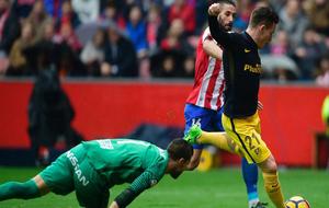 Gameiro regatea a Cuéllar para marcar un gol