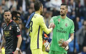 Casilla saluda a Diego López tras el partido.