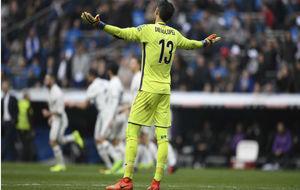 Diego López lamenta el segundo gol del Real Madrid.