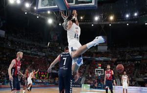 Gustavo Ayón machacando el aro del Baskonia en la semifinal de la...