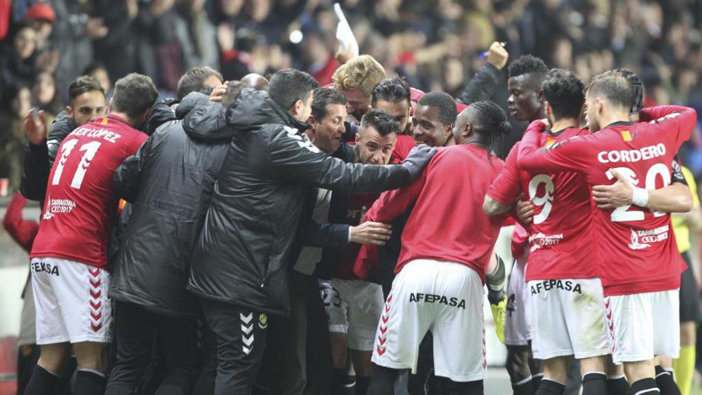 La plantilla y el cuerpo técnico del Nàstic celebran la victoria.