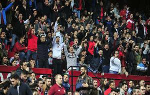 Aficionados del Sevilla, durante el partido frente al Eibar