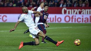 N'Zonzi, golpeando un balón durante el partido frente al Eibar