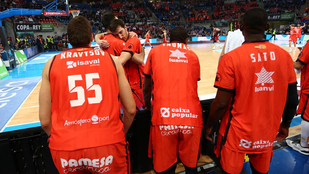 Los jugadores del Valencia Basket celebrando el triunfo ante el...