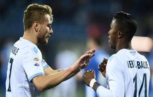 Immobile y Keita celebran uno de los goles de la Lazio