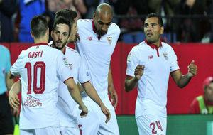 Sarabia, felicitado por sus compañeros tras el gol frente al Eibar