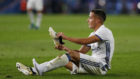 Lucas Vázquez con una bota en el mano durante un partido de esta...