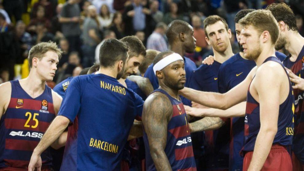 Los jugadores del Barcelona hacen una piña después de una derrota