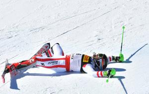 Hirscher, tendido sobre la nieve tras lograr la victoria en el eslalon