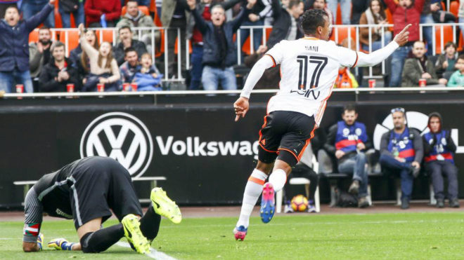Nani celebra el primer gol del partido ante Iraizoz en el suelo.