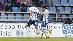 Aarón y Raúl Cámara celebran el gol del triunfo del Tenerife ante...