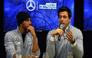 Hamilton y Toto Wolff, en los test de pretemporada de Montmeló en...