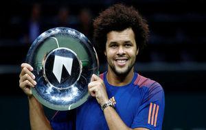 Jo-Wilfred Tsonga posa con su trofeo de campeón en Rotterdam.