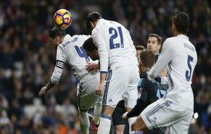 Ramos y Morata saltan para golpear un balón de cabeza