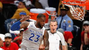 LeBron James ejecutando el mate Top 1 de la noche en la NBA