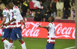 Adrián Ramos celebra uno de sus goles frente al Betis.