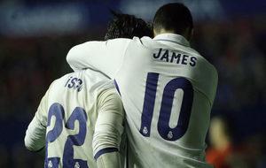 Isco y James celebran un gol ante el Osasuna.