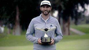 Dustin Johnson, con el trofeo que le acredita como ganador Genesis...