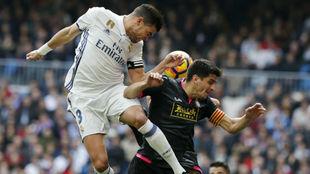 Pepe puga con Gerard Moreno por un balón.