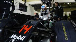 Alonso se mete en el 'cockpit' de su McLaren en GP de Brasil de 2016.