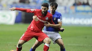 David agarrando a Molina durante el partido entre el Oviedo-Getafe