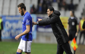 Fernando Hierro dando instrucciones a Michu durante el partido contra...