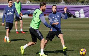 Ramos lucha por un balón con Carvajal en el entrenamiento de esta...