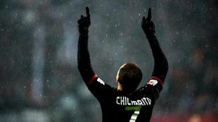 Chicharito celebra uno de los dos goles que anotó este fin de semana...