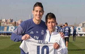James posa con Johan, el Niño Ángel.