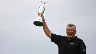Darren Clarke levanta el trofeo de campeón del Abierto Británico de...
