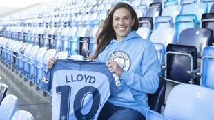 Carly Lloyd posa el día de su presentación con el Manchester City.