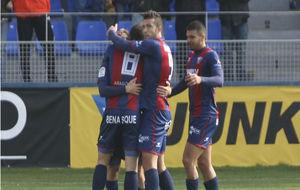 Los jugadores del Huesca celebran uno de los goles ante el Sevilla...
