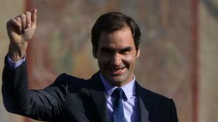 Federer saluda a la gente en Praga
