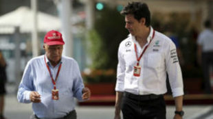 Niki Lauda y Toto Wolff charlan durante el GP de Abu Dabi de 2016.