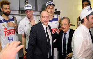 Pablo Laso celebrando su cuarta Copa consecutiva junto a Florentino...