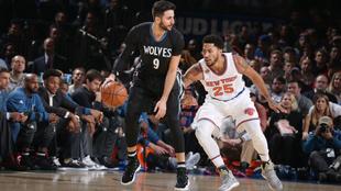 Ricky Rubio (Timberwolves) ante Derrick Rose (Knicks) jugando en el...