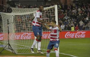 Adrián Ramos celebra junto a Pereira uno de sus goles ante el Betis.