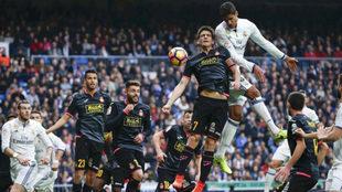 Acción de un partido del Espanyol contra el Madrid.