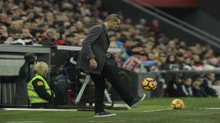 Garitano dando toques durante el partido contra el Athletic.