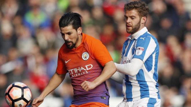 Nolito aguanta el esférico ante Cranie, defensa del Huddersfield.