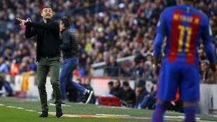 El entrenador asturiano dando instrucciones a Neymar durante un...