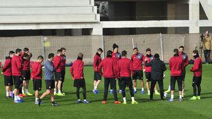 Sampaoli habla con sus jugadores en el entrenamiento de este martes.