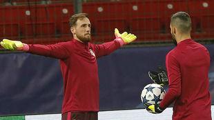Oblak y Moyá, en el entrenamiento del Atlético de Madrid en Alemania