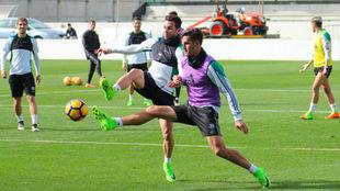 Rubén Castro y Álex Alegría, en el entrenamiento de este martes.