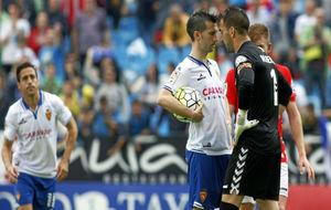 Reina y Lanzarote se encaran antes de lanzar el penalti.
